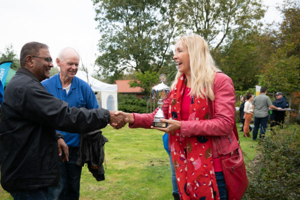 Den Haag, 13 oktober 2019 Goed Bezig DH Festival in het Zuiderpark. Met het #Goed Bezig DH Festival viert Natuur- en Milieueducatie haar 100-jarig bestaan. Op zondag 13 oktober 2019 ontdekt u hoe u zelf iets goeds kunt doen voor de natuur. Wethouder Liesbeth van Tongeren FOTO MARTIJN BEEKMAN  Opdrachtgever Tom Voorma